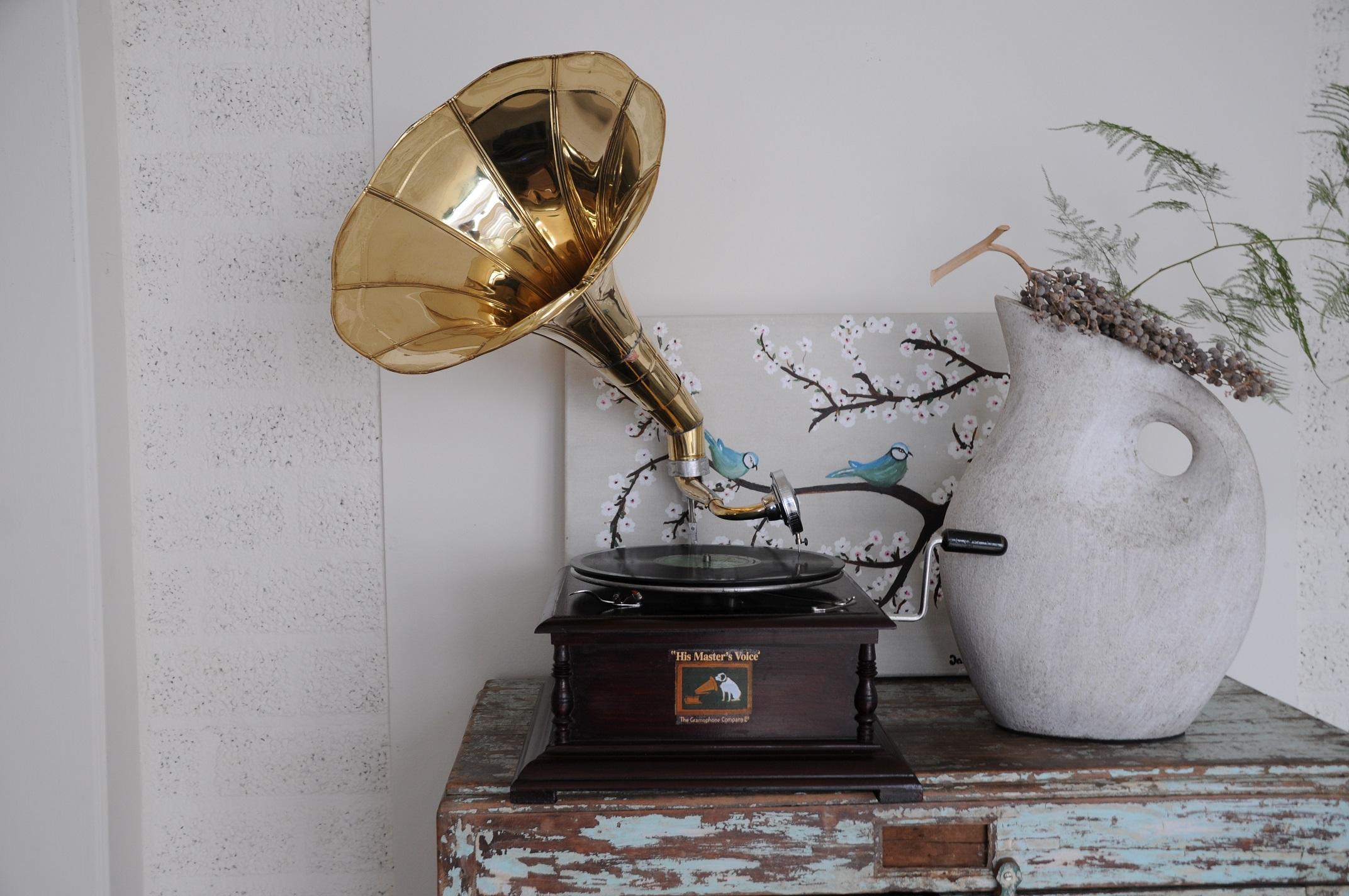 Platenspeler Als Decoratie : Nostalgische grammofoon platenspeler hout en metaal handgemaakt.eu