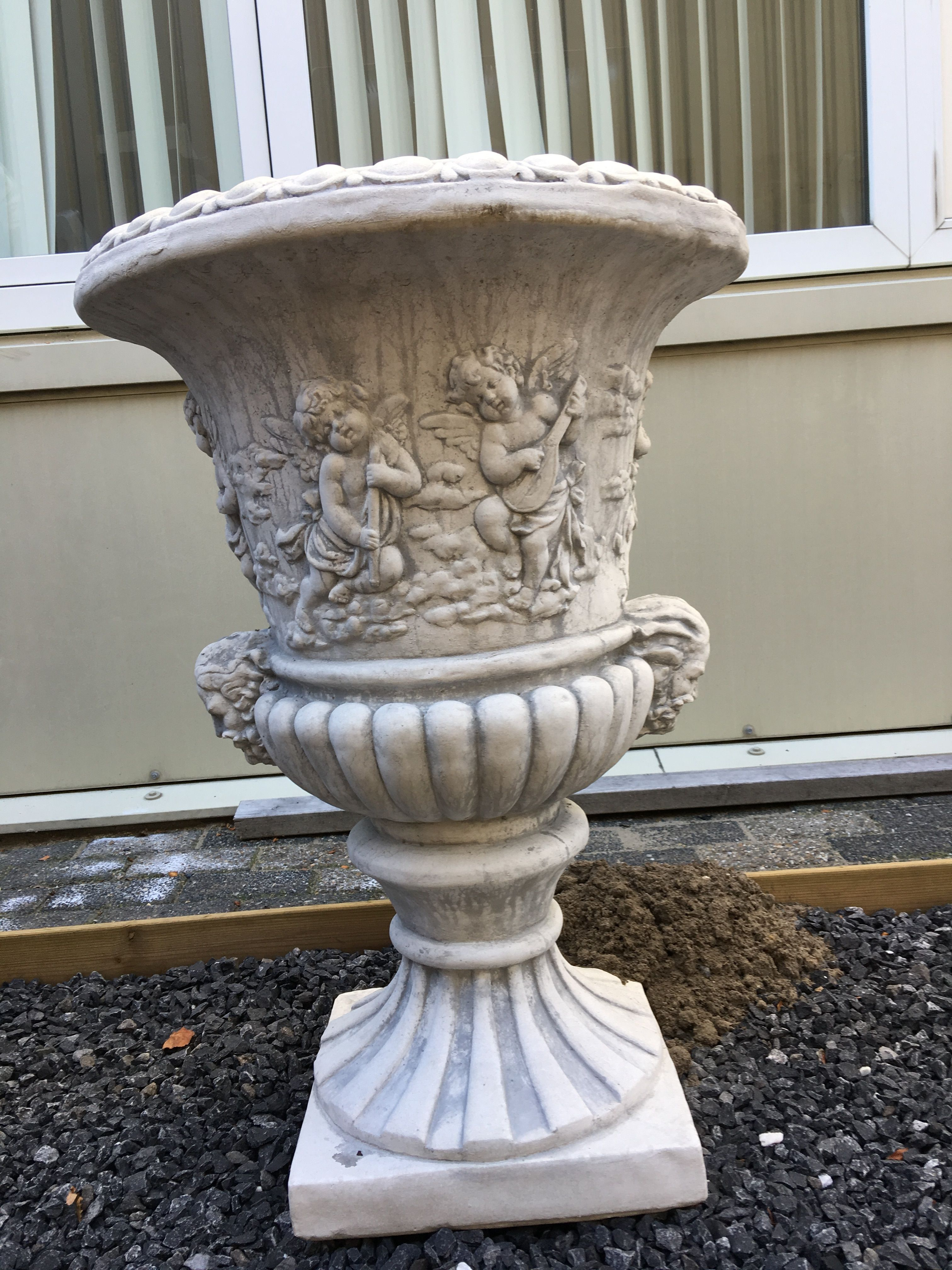 Zeer opvallende en zware bloempot vaas uit vol steen.   handgemaakt.eu